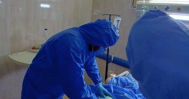 وكيل الصحة بالقليوبية يجرى جراحة لمسنة مريضة كورونا وتعانى التهاب جريبى
