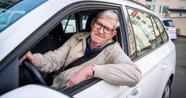 مسن سويدى يصبح أكبر طالب فى مدرسة قيادة السيارات بسبب إصابة زوجته.. صور