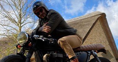 ديفيد بيكهام يتحول لـ راكب دراجات نارية ويرتدي ملابس كلاسيكية أنيقة