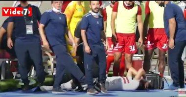 لفتة إنسانية.. طبيب حرس الحدود يعالج محمود علاء مدافع الزمالك بعد سقوطه مصابا