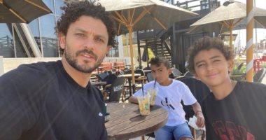 حسام غالى فى نزهة مع أبنائه بعد ضمان الجونة البقاء فى الدورى