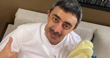 عبد الله بن زايد يتلقى لقاح كورونا تمهيدا لتعميمه في الإمارات