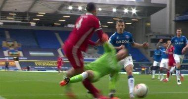 فان دايك يخرج مصابا بعد 10 دقائق من ديربي إيفرتون ضد ليفربول.. فيديو