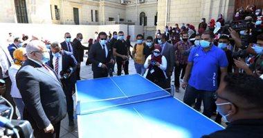 """وزير التعليم العالى يشارك طلاب جامعة القاهرة تحية العلم ولعب """"البينج بونج"""""""