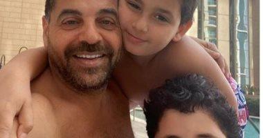 طارق العريان يرد على ابن أصالة بصورة مع أولاده: يوم عائلى مع رجالى