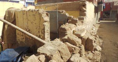 مصرع عامل نتيجة انهيار جدار حائط فوق رأسه بأسوان