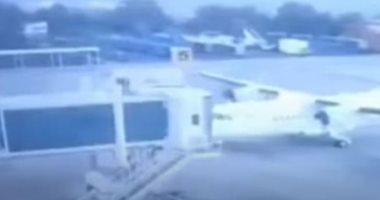 طائرة تفشل في عملية الهبوط وتصطدم بسلم ركاب في مطار كولومبى.. فيديو