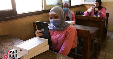 تسليم التابلت لطالبات الصف الأول الثانوى فى ثانى أيام الدراسة.. صور