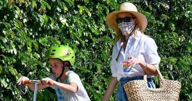 هكذا تستمتع ريس ويزرسبون بوقتها مع ابنها فى فى لوس أنجلوس.. صور