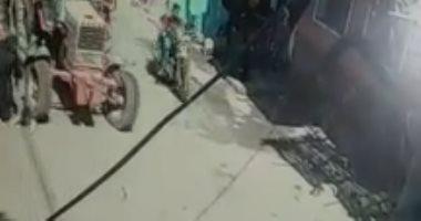 لحظة دهس طفل يقود جرارا زراعيا لطفلة في المنيا.. فيديو