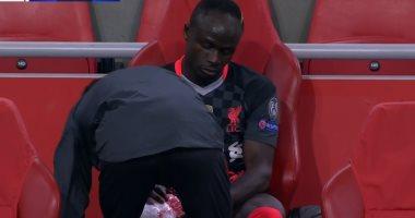 صورة ساديو مانى يغادر مباراة أياكس ضد ليفربول بإصابة في الركبة