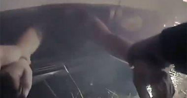 شرطى أمريكى ينقذ سيدة انقلبت سيارتها واحترقت على طريق فى كاليفورنيا.. فيديو