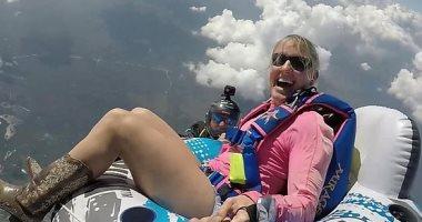 من ارتفاع 13 ألف قدم..طبيبة تقفز بالمظلات على عوامة بملابس رعاة البقر..فيديو