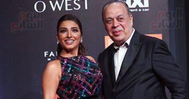 شاهد نقيب الممثلين أشرف زكي يغازل زوجته عبر التليفزيون