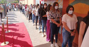 """طوابير الفتيات تتصدر الساعة الأولى للتصويت بانتخابات """"النواب"""" فى زايد.. صور"""