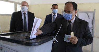 وزير المالية يدلى بصوته فى مدرسة خالد بن الوليد بمدينة 6 أكتوبر.. صور