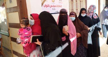 توافد السيدات بالبحيرة للإدلاء بأصواتهن فى انتخابات مجلس النواب.. صور