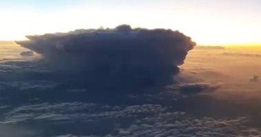 كاميرا ترصد عاصفة رعدية بالسماء من كابينة طائرة فى مشهد مذهل.. فيديو