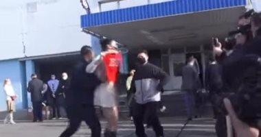 فتاة تخلع ملابسها أمام رئيس أوكرانيا احتجاجا على تصريحاته ضد المرأة.. فيديو