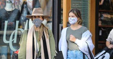 """جيسيكا ألبا ترفع شعار """"السلامة أولاً"""" أثناء تجولها مع ابنتيها فى لوس أنجلوس"""
