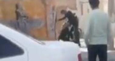 لقطات لمقتل شاب وإلقاؤه فى الشارع على يد الشرطة الإيرانية