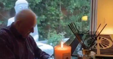 انتونى هوبكنز فى فيديو جديد من العزل المنزلى أثناء العزف على البيانو