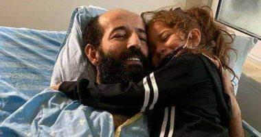 أسير فلسطينى يحتضن طفلته بقوة بأول لقاء بعد اضراب عن الطعام 91 يوما.. فيديو