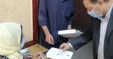 حصاد الوزارات.. المدارس الثانوية تسلم أولياء الأمور التابلت بعد سداد التأمين