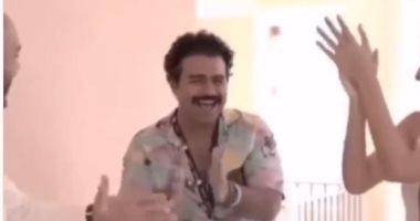 إسلام إبراهيم يحتفل بعروسين قابلهما صدفة بفندق إقامته بالجونة.. فيديو