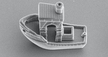 صورة باحثون يبتكرون أصغر قارب فى العالم قادر على الإبحار داخل شعر الرأس.. فيديو