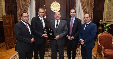 وزير المجالس النيابية يسلم رئيس الشيوخ  تقرير اللجنة الإدارية عن مجمل الأعمال