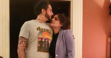 """الفيشاوى في لحظات رومانسية مع زوجته: """"مراتى و حبيبتى و بنتى و سندى"""""""