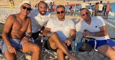 أحدث ظهور للهضبة عمرو دياب فى الجونة مع أصدقائه