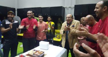 لاعبو المقاولون يحتفلون بعيد ميلاد محمد عادل قبل لقاء بيراميدز