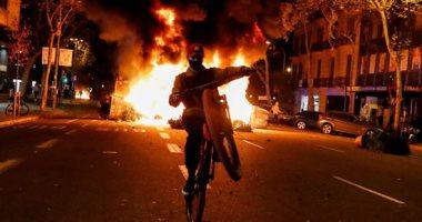 اشتباكات عنيفة فى برشلونة بسبب قيود كورونا