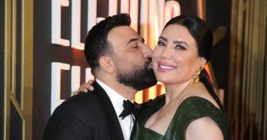 قبلة رومانسيةلـ عبير صبرى من زوجها على السجادة الحمراء فى ختام مهرجان الجونة