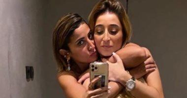 دينا الشربينى تحتضن زينة عامر منيب أثناء مهرجان الجونة السينمائى.. صور