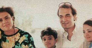 """عمرو محمود ياسين يكشف عن صورة من طفولته مع والده الراحل:""""الإحساس بالأمان"""""""