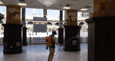 إدارة الوقاية البيئية بالمسجد الحرام تواصل التعقيم على مدار الساعة.. صور