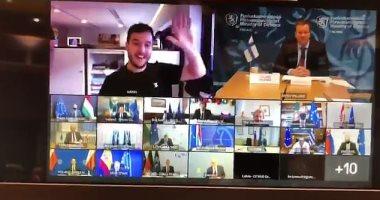 فيديو.. صحفي هولندي يخترق اجتماع سرى للاتحاد الأوروبي عبر زووم.. اعرف تفاصيل