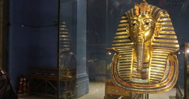 بدء وضع مقتنيات الملك توت عنخ آمون فى قاعته بالمتحف المصرى الكبير