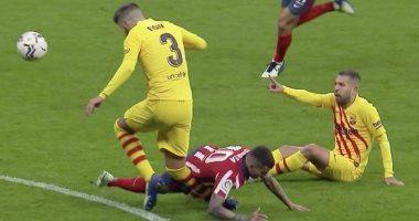 """أتلتيكو مدريد ضد برشلونة.. استبدال بيكيه بعد تعرضه لإصابة خطيرة """"فيديو"""""""