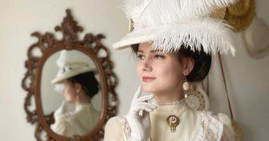 أوكرانية تتخلى عن الجينز والملابس الحديثة وتتألق بفساتين القرن الـ19.. صور