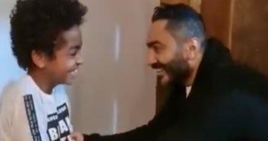 تامر حسنى يزور أحد معجبيه فى منزله.. والطفل مذهول من شدة الفرحة.. فيديو وصور