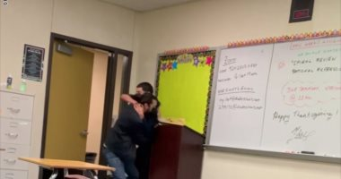 مباراة مصارعة بين معلم وطالب بمدرسة أمريكية بعد طلبه الذهاب للحمام .. صور