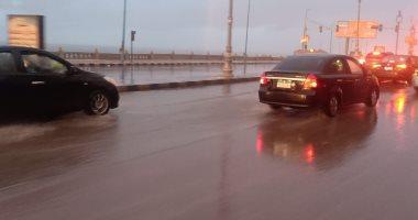 ارتفاع منسوب مياه الأمطار على كورنيش الإسكندرية وكثافات مرورية.. صور