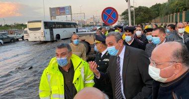 مدير أمن القاهرة يتقدم القوات لمتابعة أعمال شفط مياه الأمطار وتنظيم المرور
