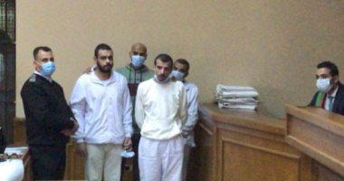 وصول المتهمين بقتل فتاة المعادى للمحكمة قبل بدء جلسة المرافعة