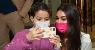 ياسمين صبرى تزور مستشفى سرطان الأطفال وتحقق أمنية طفلة.. صور