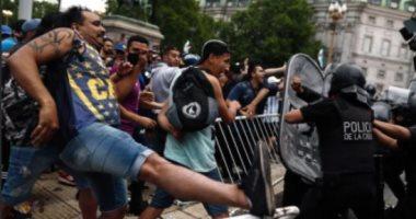 عشاق الأسطورة يعتدون على الشرطة الأرجنتينة خلال جنازة مارادونا.. صور